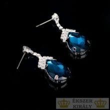 Ezüstözött, csepp alakú, kristályokkal díszített fülbevaló, kék