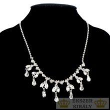 Függőkkel és kristállyal díszített nyaklánc, ezüst színű