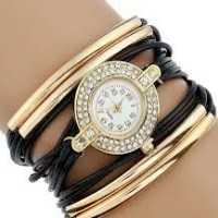 Strasszal díszített, fonott hatású női karkötő-óra, fekete