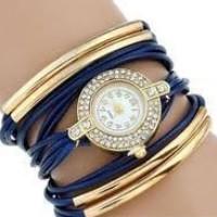 Strasszal díszített, fonott hatású női karkötő-óra, kék