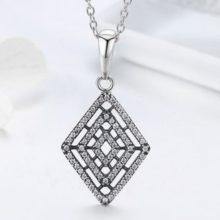 Ezüst nyaklánc rombusz alakú, kristályos medállal (Pandora stílus)