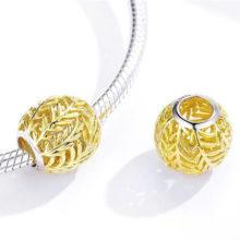 Ezüst charm levélmintával, arany –  Pandora stílus