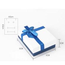 Ékszerdoboz kék masnival, papír, 9 x 9 cm